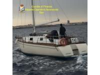 GdF intercetta barca a vela carica di migranti